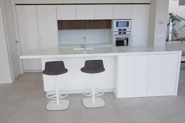 cocina color blanco con isla y taburetes lottus de enea design