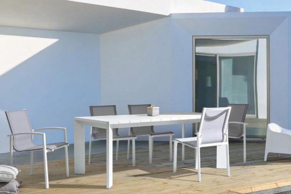 mesa y sillas tapizadas de exterior