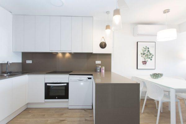 cocina abierta color blanco con isla