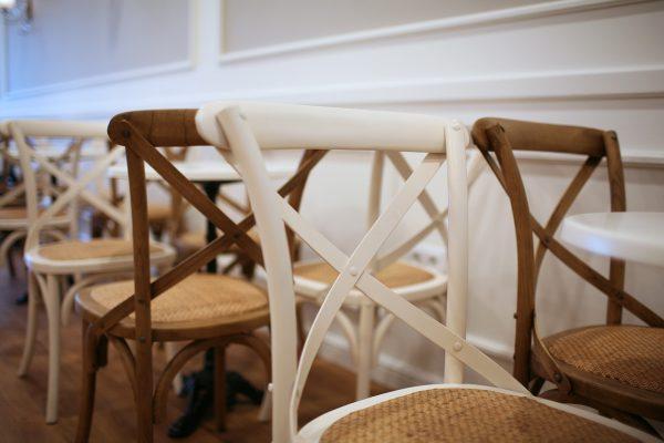 silla de madera vintage para cafetería