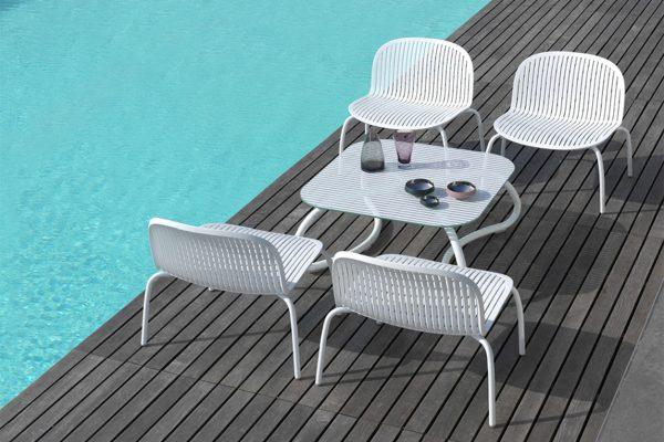 mesa y butacas para la piscina