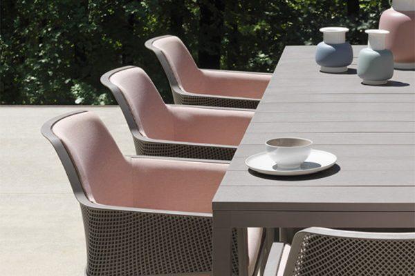 sillón tapizado de exterior y mesa