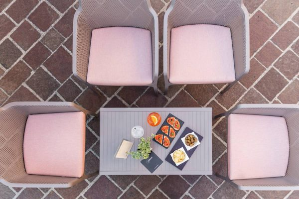 sillones y mesa de exterior de NArdi