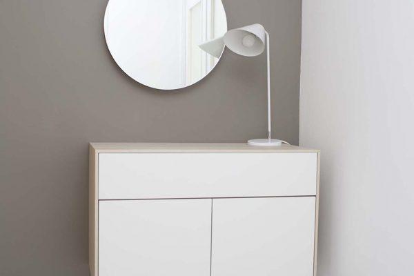 mueble recibidor en color blanco y madera