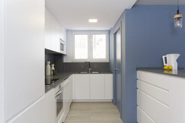 cocina en color blanco y azul