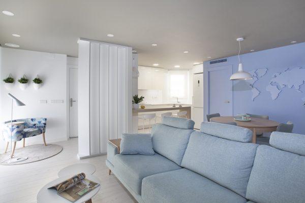 Salón en tonos azules y blanco
