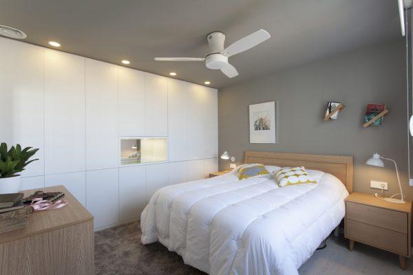 dormitorio en madera de roble y armario blanco