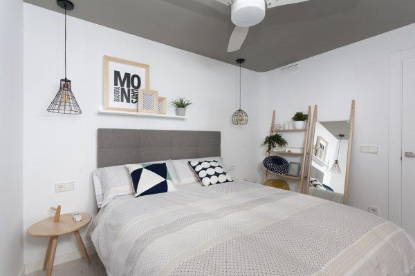 dormitorio estilo nórdico con cabecero tapizado