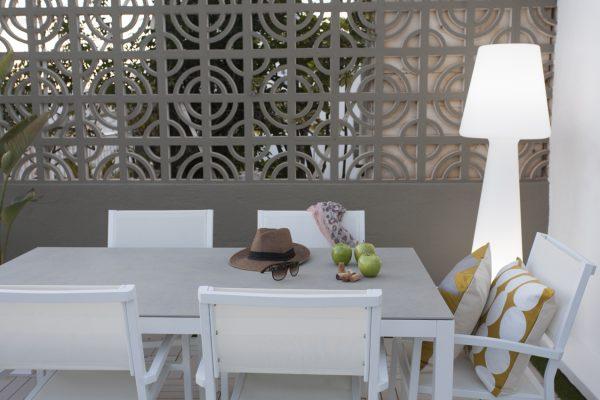 mesa de exterior con tapa en porcelanico
