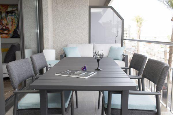 mesa de exterior en aluminio negro de iniciativa exterior