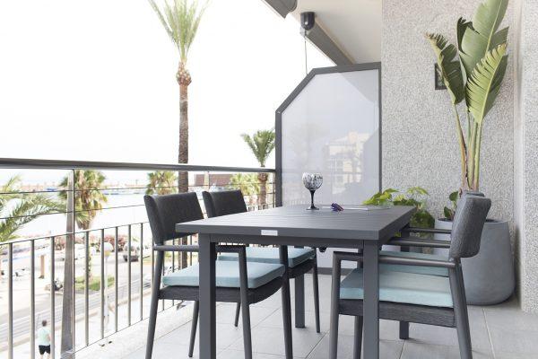 mesa y sillas de exterior en color gris oscuro de iniciativa exterior tresi