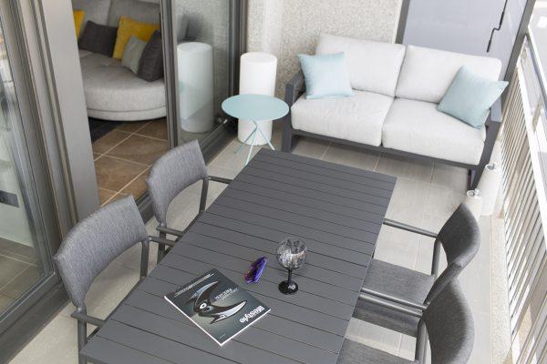 mesa de exterior en color charcoal de iniciativa exterior