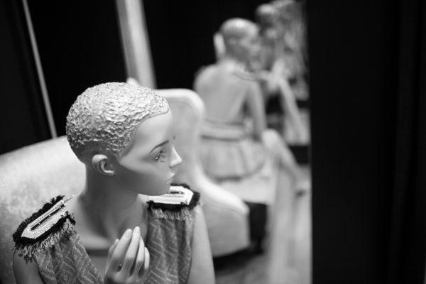 foto en blanco y negro mujer sentada