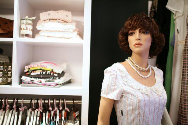 vestido claro con collar de perlas
