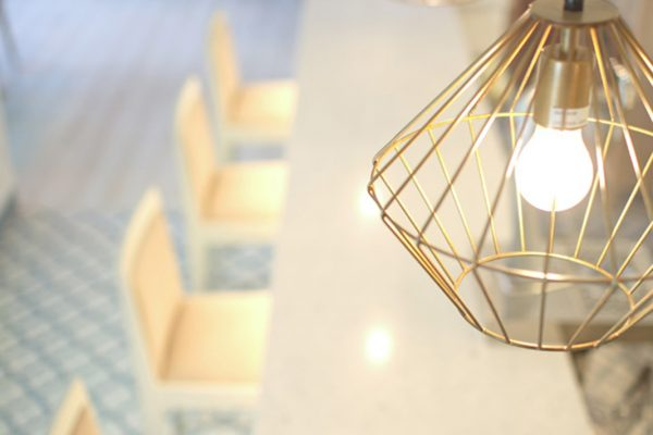 lámpara industrial dorada