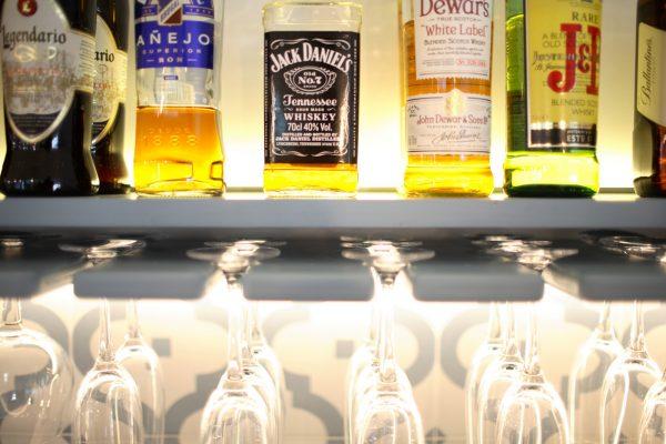 estantería de copas y licores